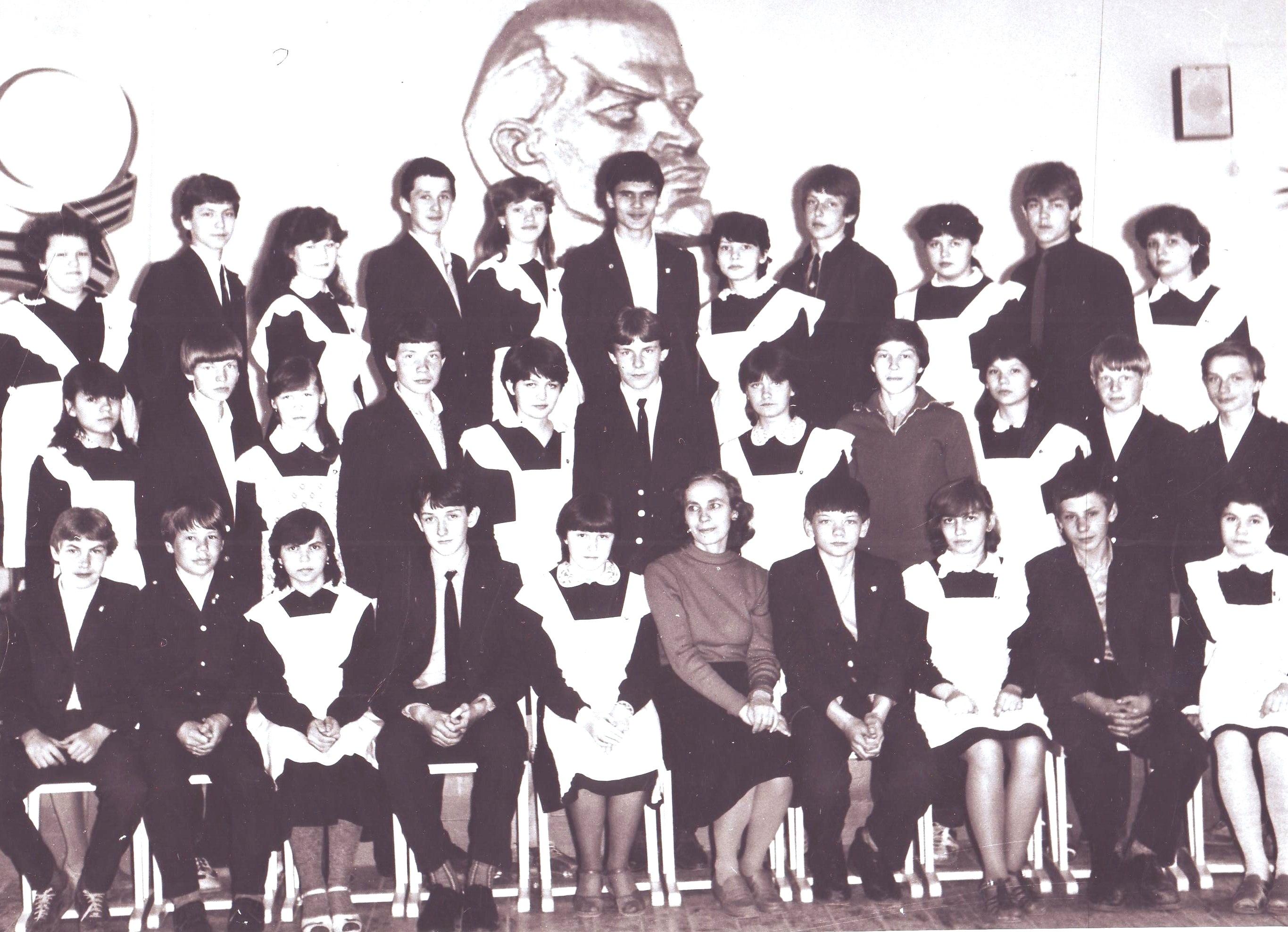 11 выпускники 8-го класса с классным руководителем Т.С.Кухтиченко 1985 год