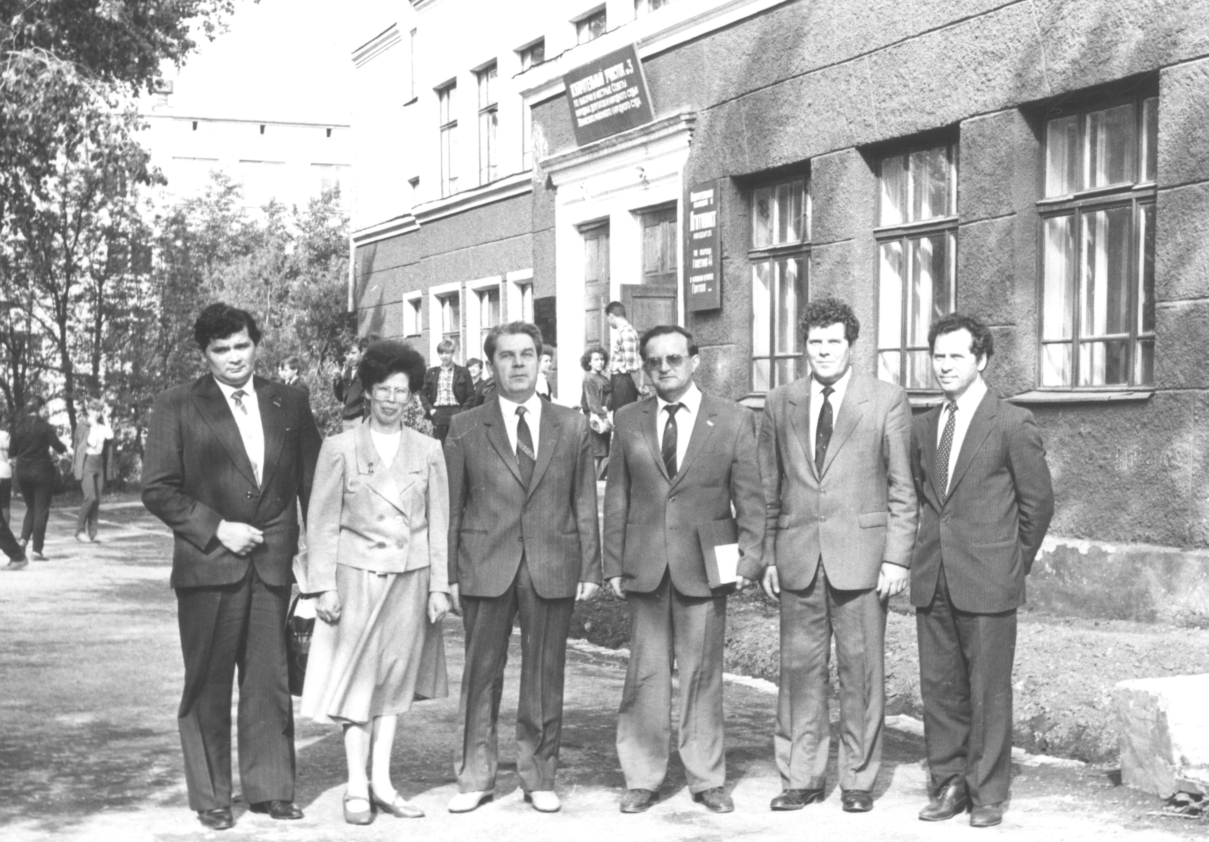 1987 год Директор школы, делегат 26 съезда с гостями школы