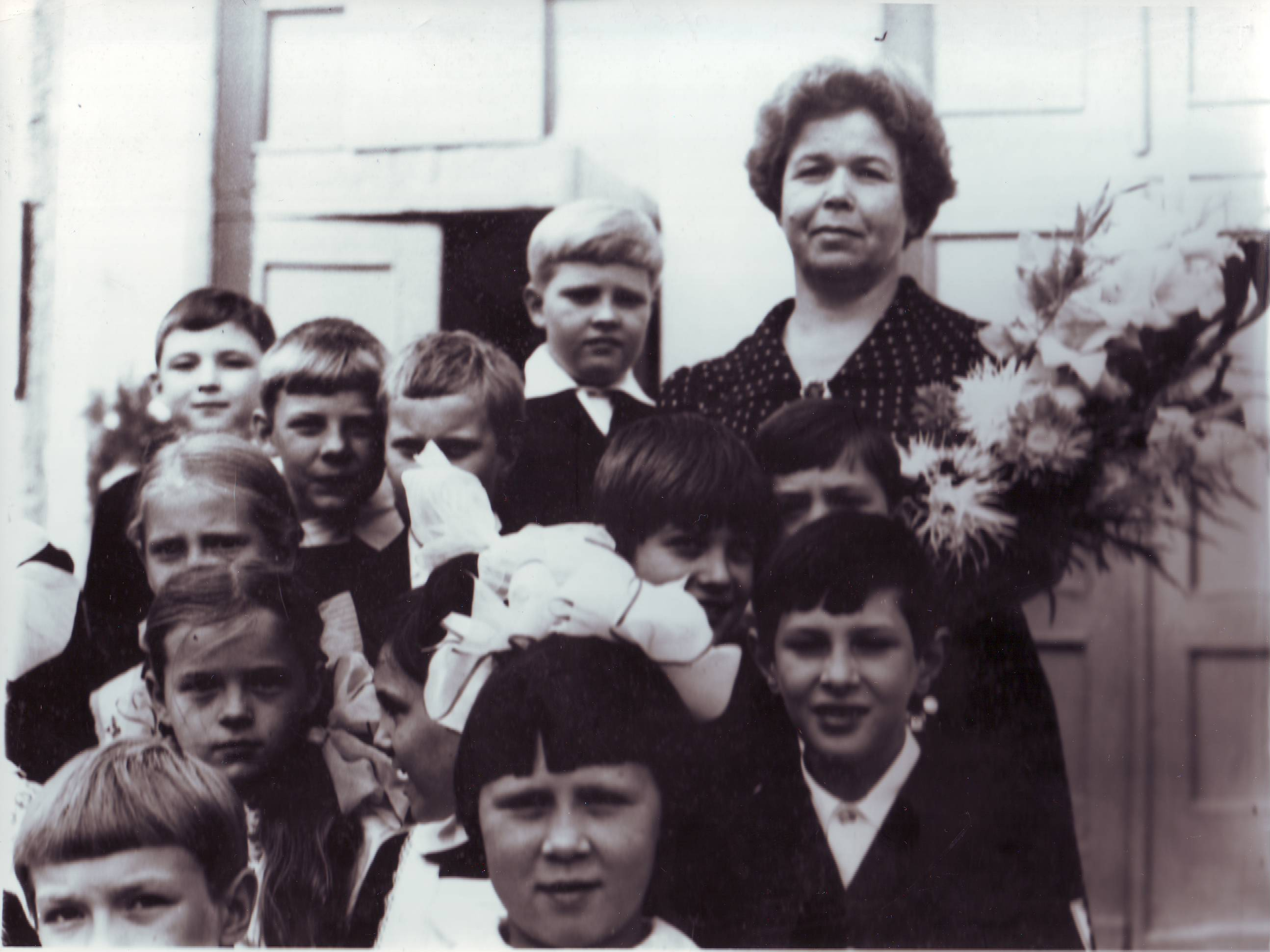 Анна Лазаревна Федорова с выпускниками начальнлй школы. 1981год