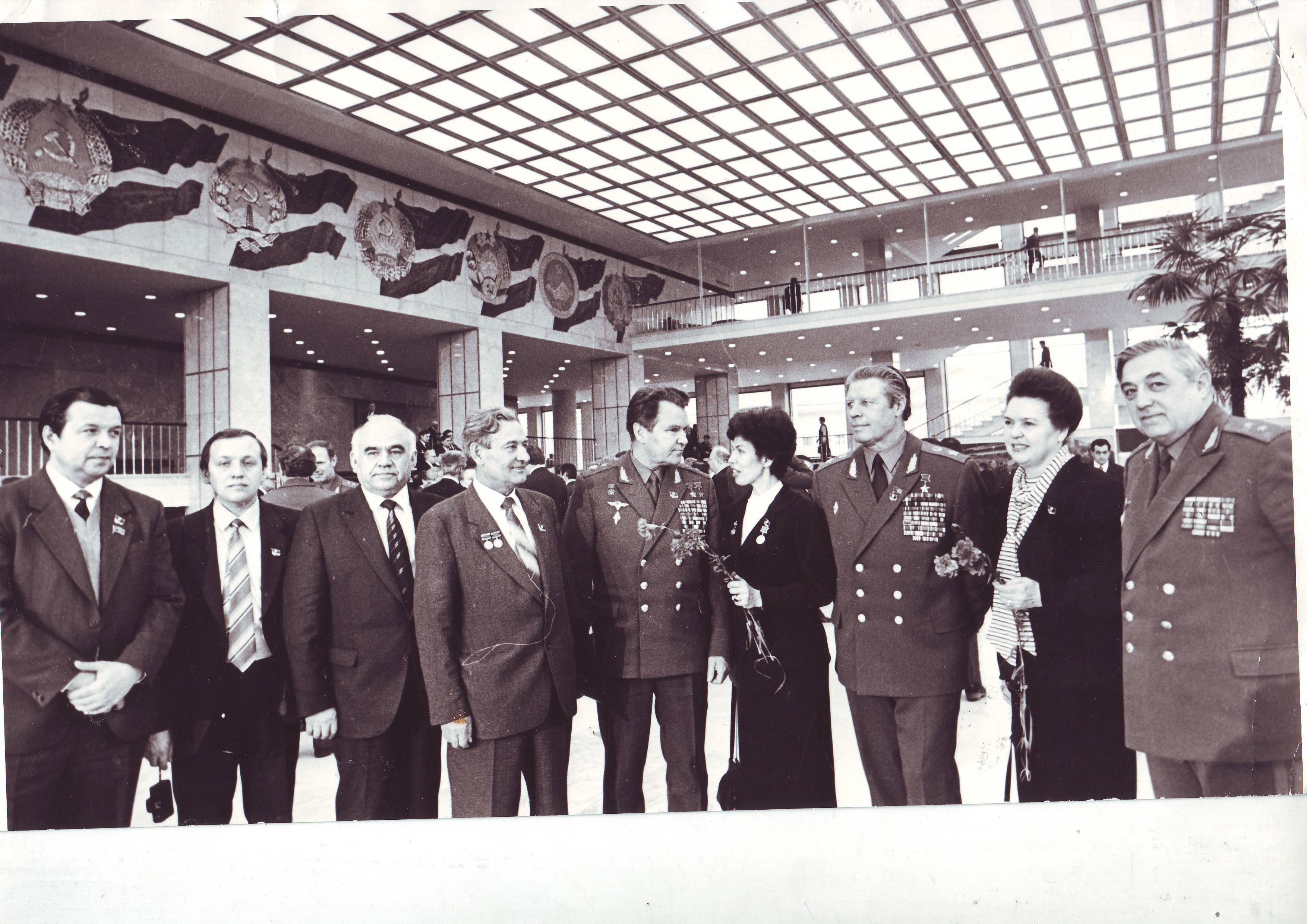 Директор школы Л.И.Шубина среди делегатов съезда Москва 1987 год