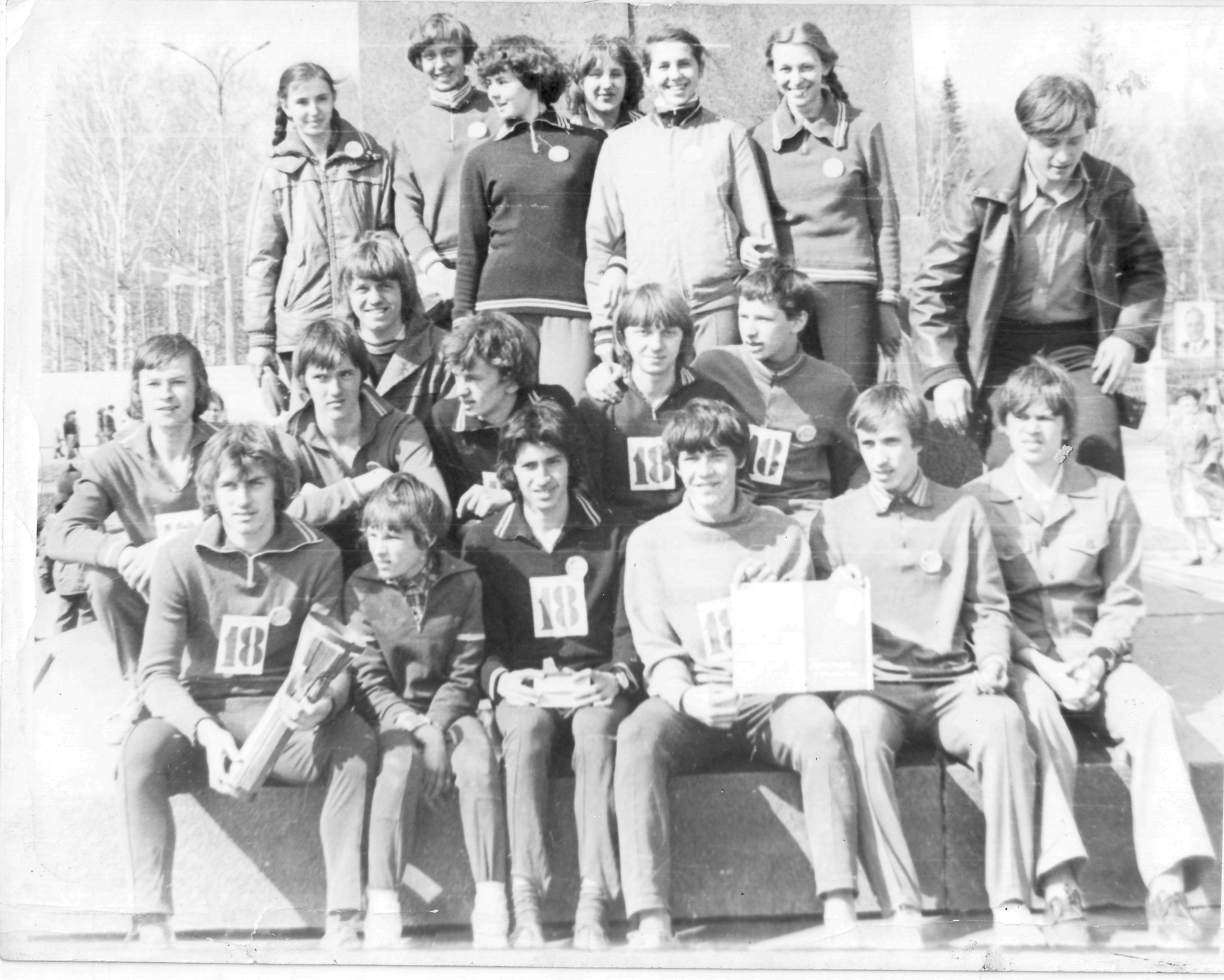 Команда легкоатлетов-победителей у памятника Черепановым.
