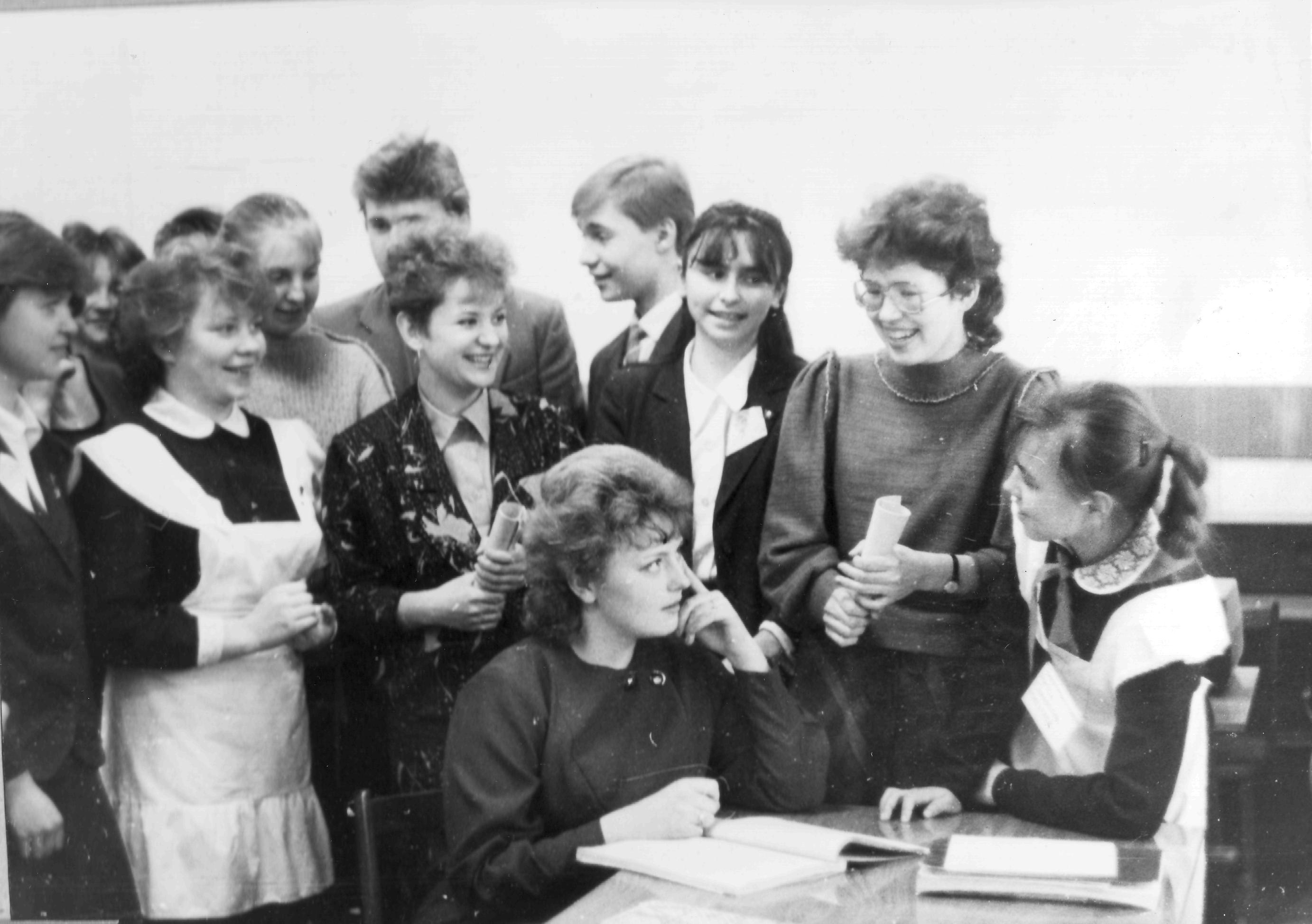Команда математиков с молодыми наставниками после боя. 1986 год
