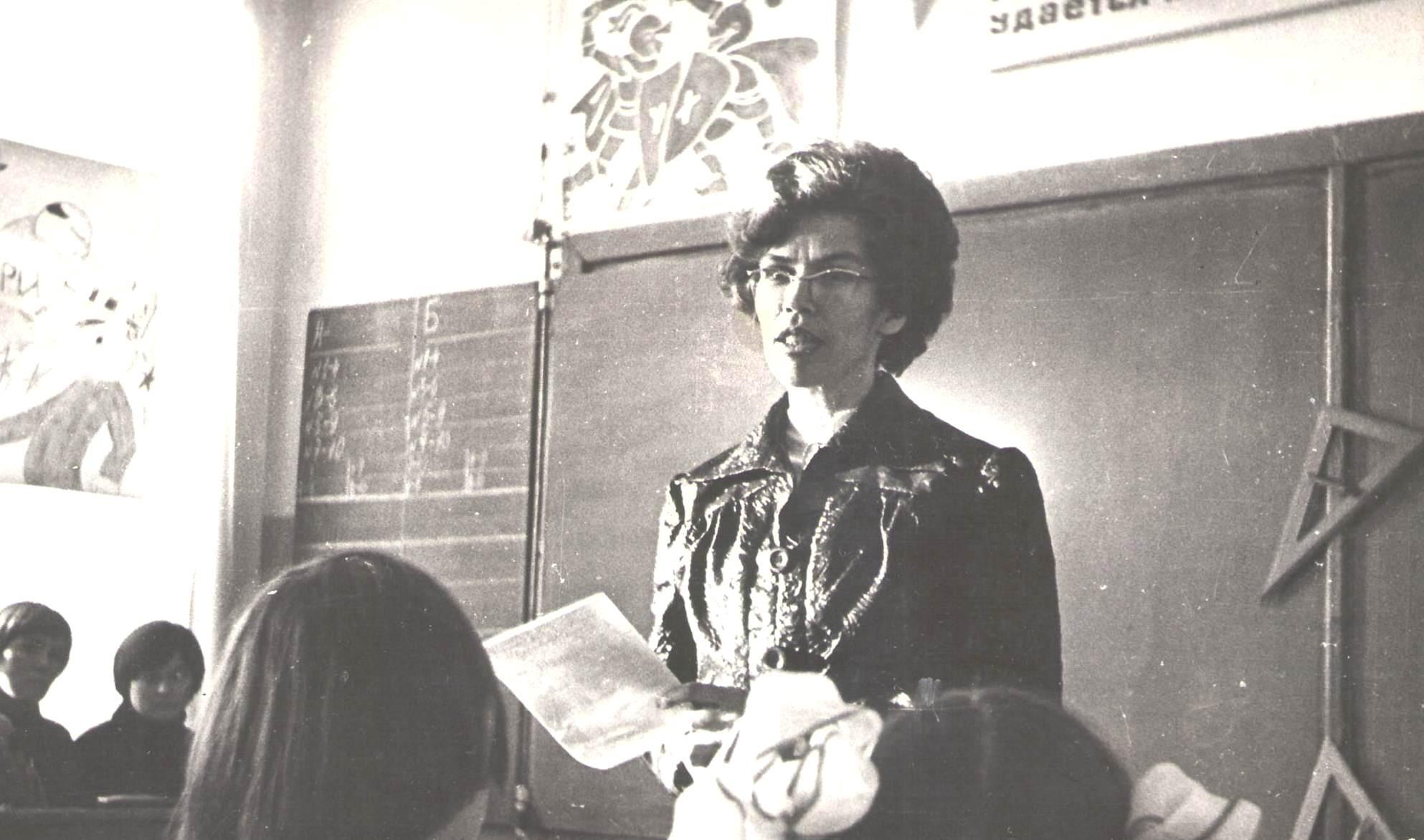 Л.И.Шубина приветствует участников Математического боя - 1981