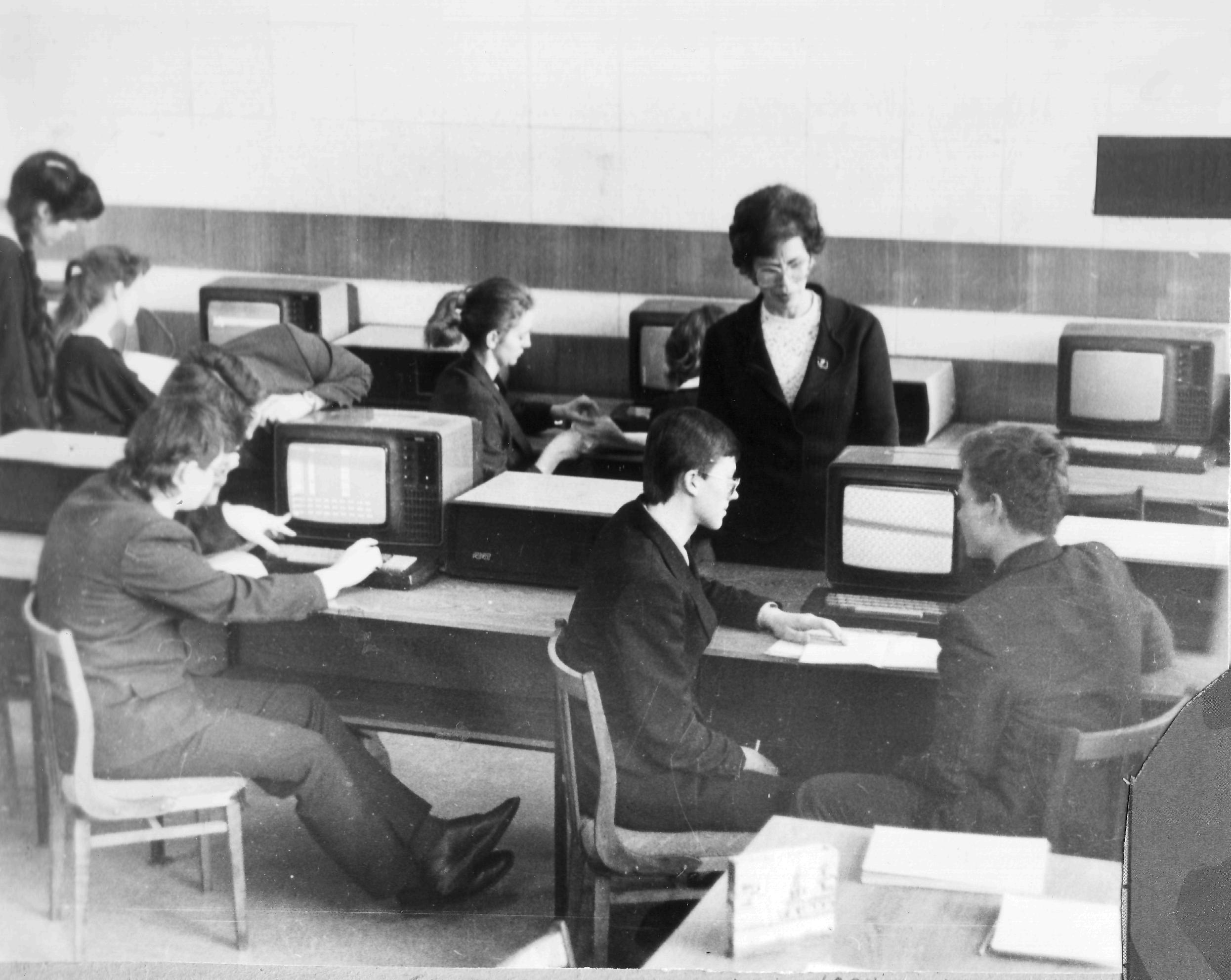 Лариса Иовна Шубина проводит урок информатики. 1987 год