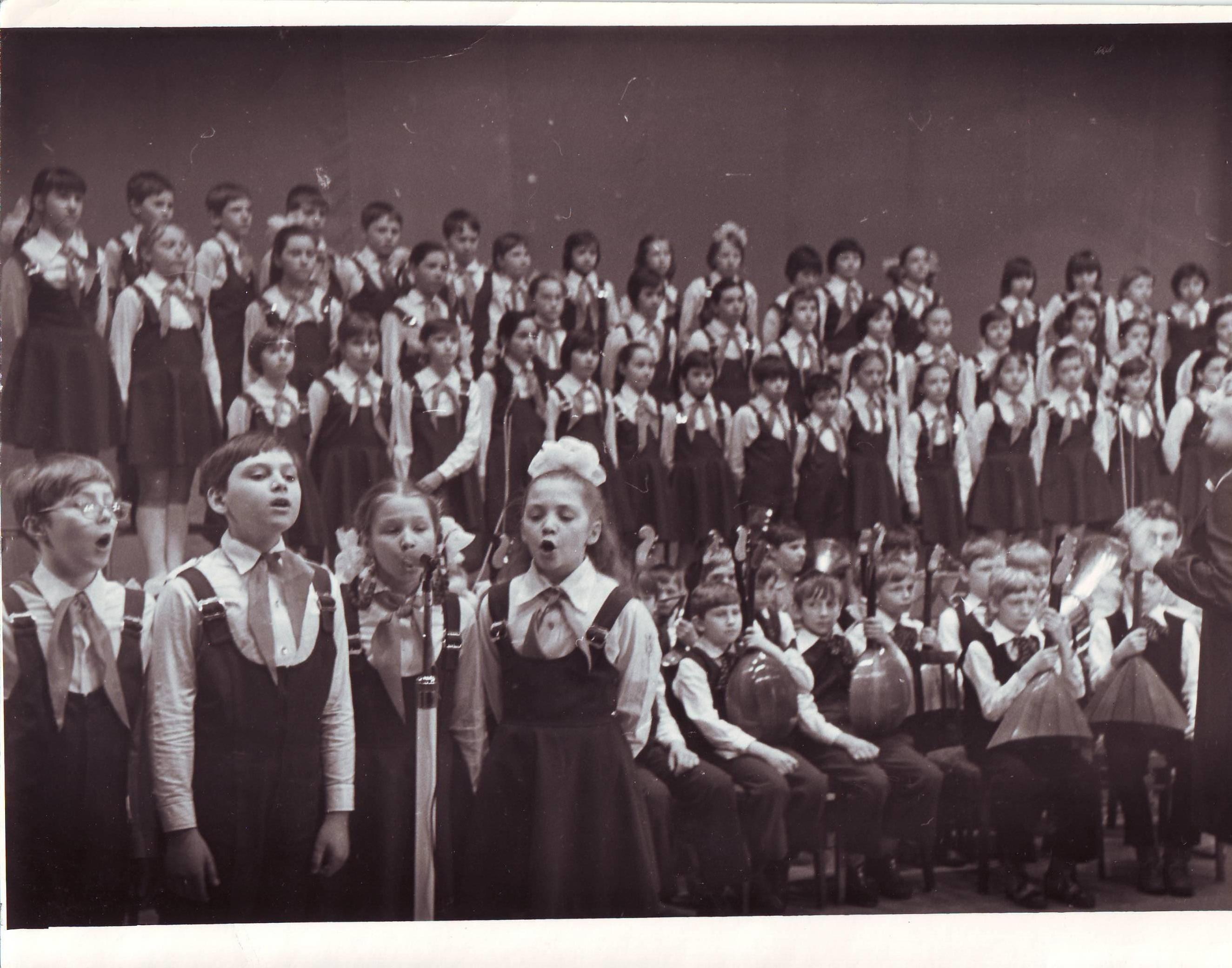 Школьный хор. Запевалы Толя Гаев и Алеша Виноградов. 1982 г.