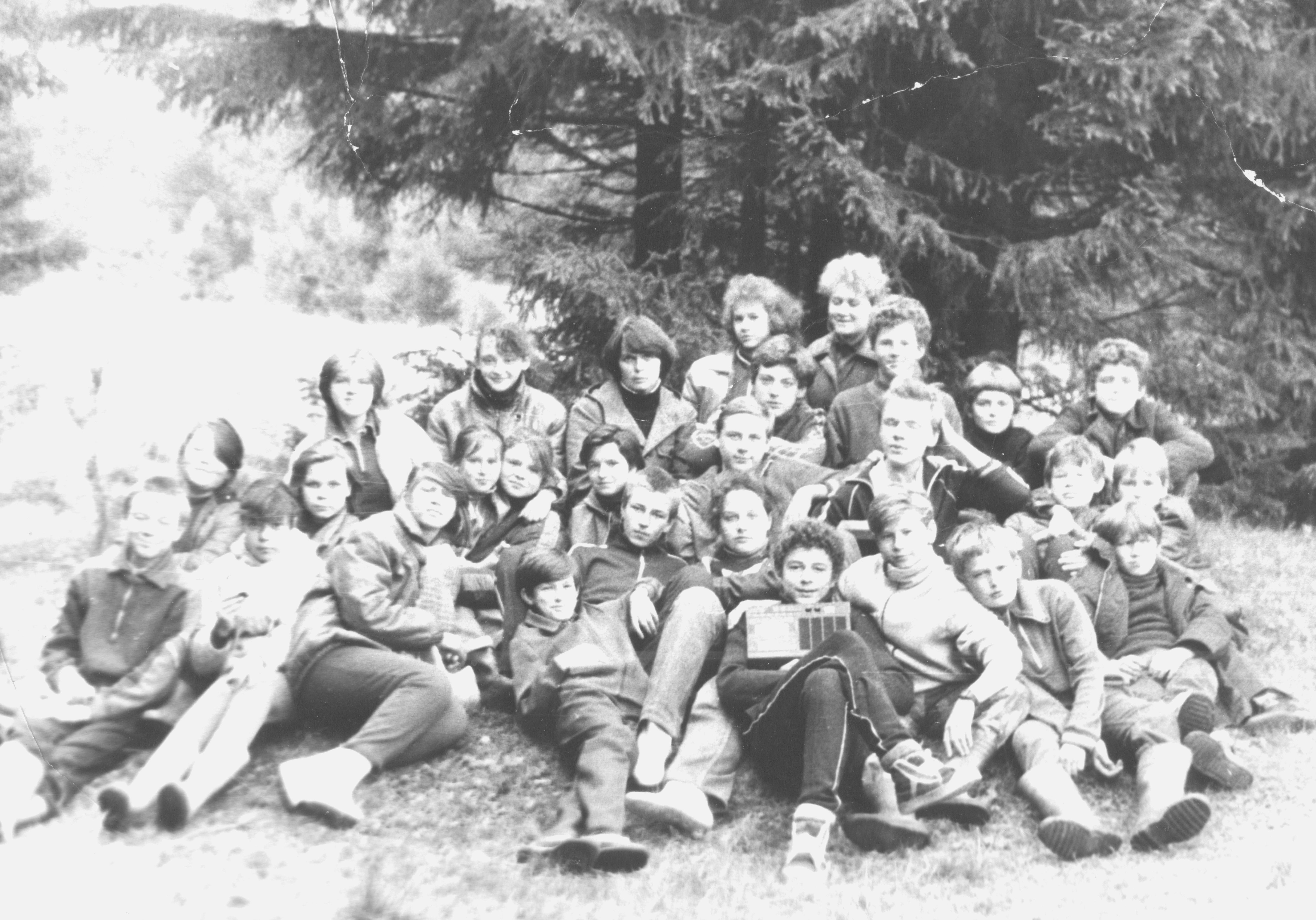 Учащиеся 7Б класса в походе с классным руководителем В.К. Киоссе. 1988  год