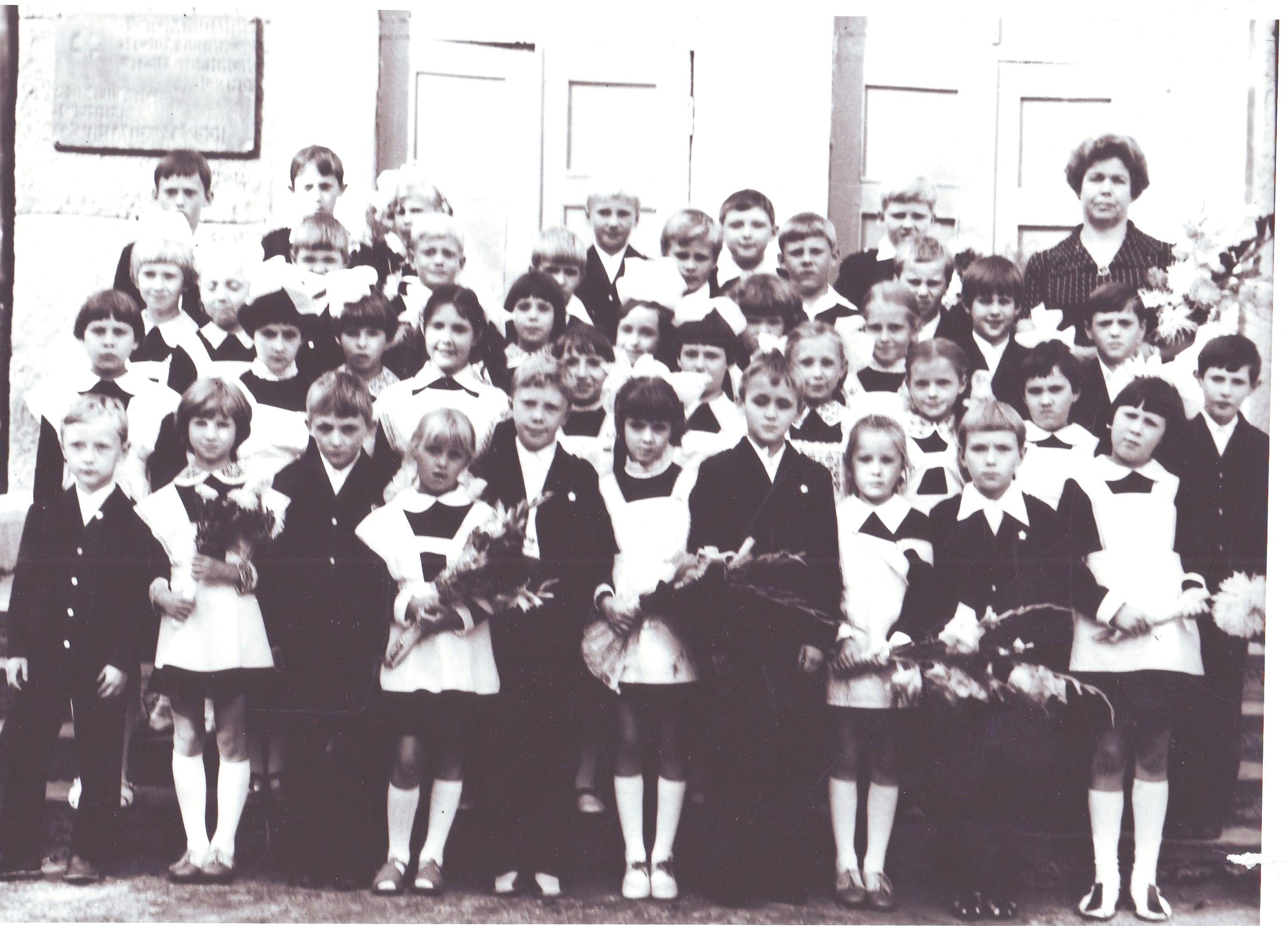 Ученики  нач. классов с учителем А.Л.Фёдоровой