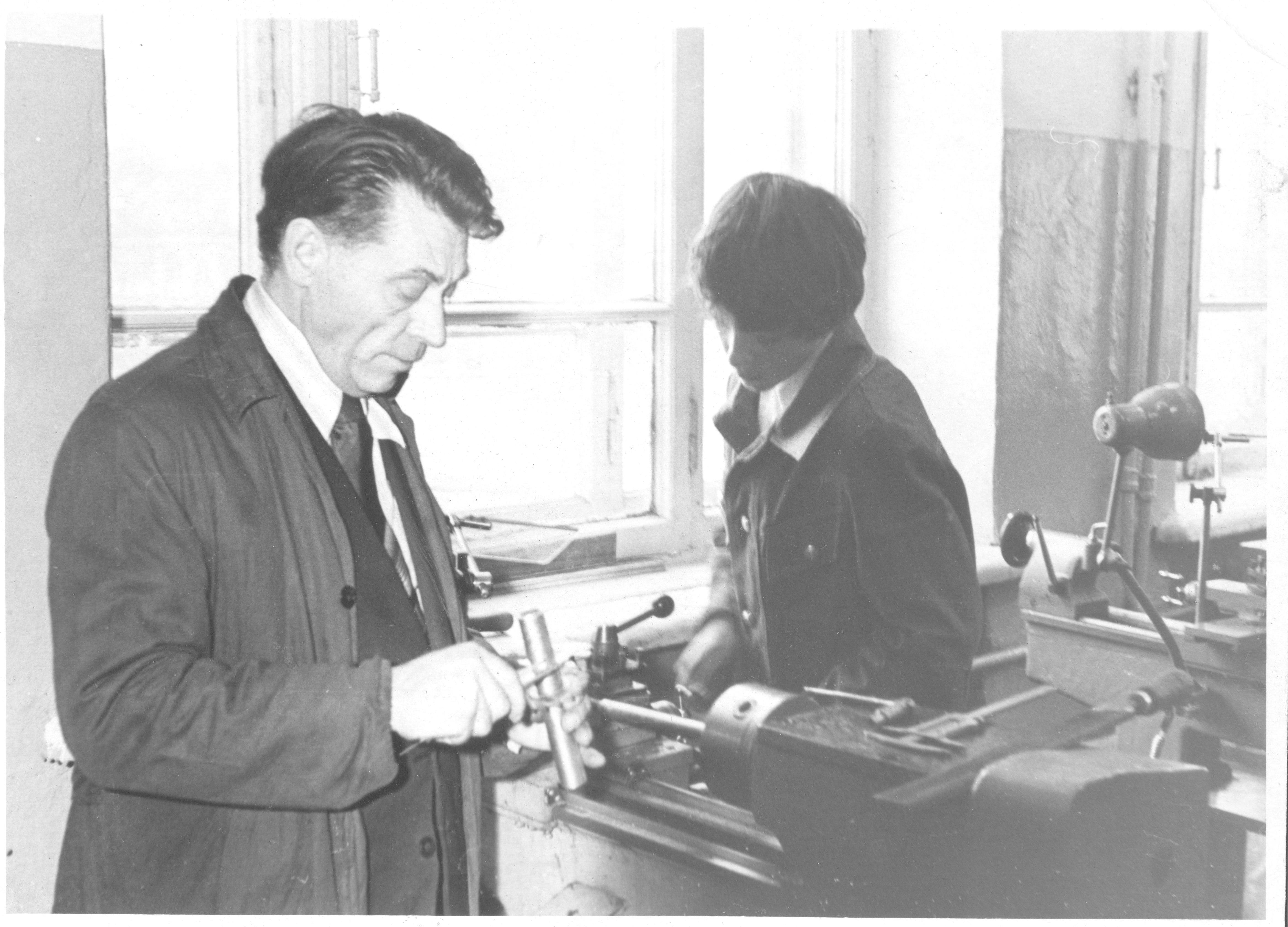 В.Е.Евтехов на уроке труда в 7б классе ученик Юрий Коровин 001
