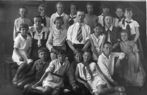 Учащиеся начальных классов с учительницей Егоровой Л.Н. и директором Егоровым С.Н.
