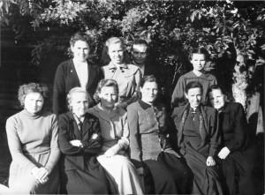 Группа учителей школы № 18 в школьном саду. Вторая справа - Сидорова К.А. в верхнем ряду Бессонова Л.А. 1954г