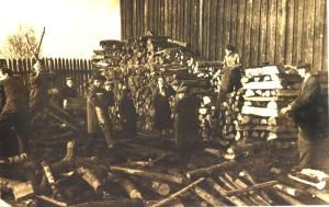 Уборка дров для отопления школьной котельной. фото 50-х годов