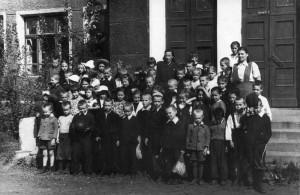 Учащиеся начальной школы с учителями перед зданием школы. В верхнем ряду в центре Сидорова К.А. 1954 год