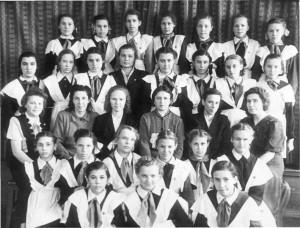 Выпускницы НСШ № 18 с учителями и директором Коган Ф.Д. Начало 50-х годов.