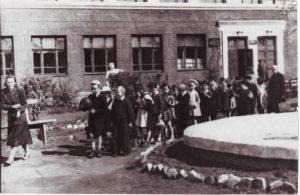 На прогулке с Сидоровой К.А. мимо школьного фонтана
