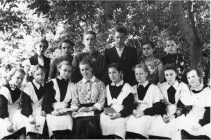 После экзаменов в школьном саду. Бессонова Л.А. с учащимися.
